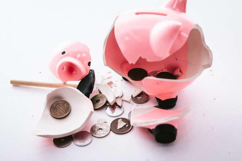 作者建議兩個理財目標其一為增加資產─讓黃金數字成長,讓四個桶子能配置到更多儲蓄。另一項為減少負債─把債務還掉。(示意圖/取自pakutaso)