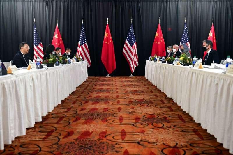 美國國務卿布林肯(右2)與白宮國安顧問蘇利文(右1)18日在阿拉斯加州,與中共中央外事工作委員會辦公室主任楊潔篪(左2)、外交部長王毅(左1)會晤。(資料照,美聯社)