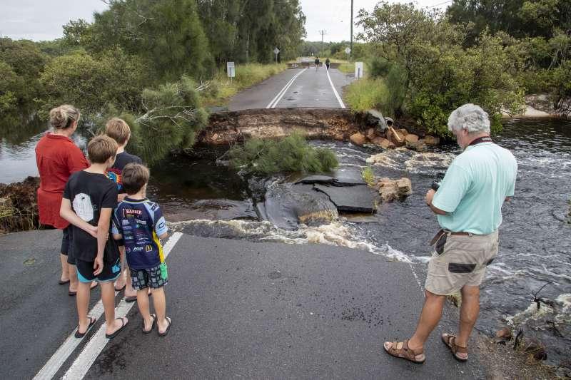 澳洲雪梨以北史蒂芬斯港地區一條道路被洪水沖毀(美聯社)