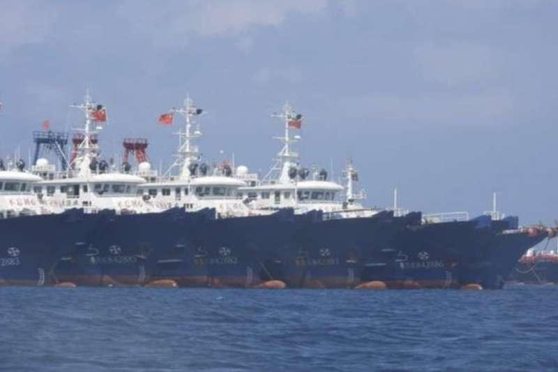 2021年3月,大批中國漁船進駐位於南沙群島的牛軛礁(Whitsun Reef)(AP)