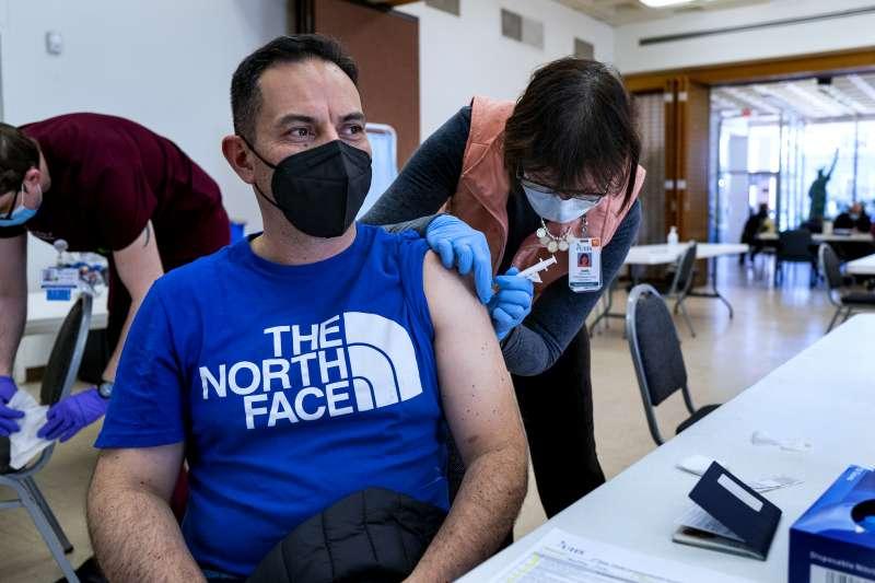 2021年3月,美國紐約民眾接種新冠肺炎疫苗(AP)