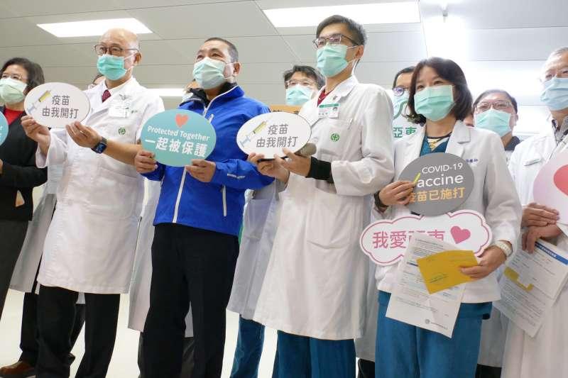 新北市長侯友宜及亞東醫院林院長及醫護代表,呼籲符合資格者儘早完成疫苗接種,保護好自己後,才能安心照顧別人。(圖/新北市衛生局提供)