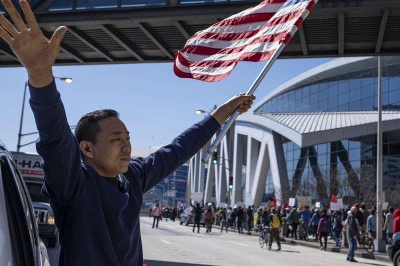 美國喬治亞州大城亞特蘭大3月16晚間發生3起槍擊案,受害者幾乎為亞裔,亞裔民眾呼籲放下族裔仇恨。(AP)