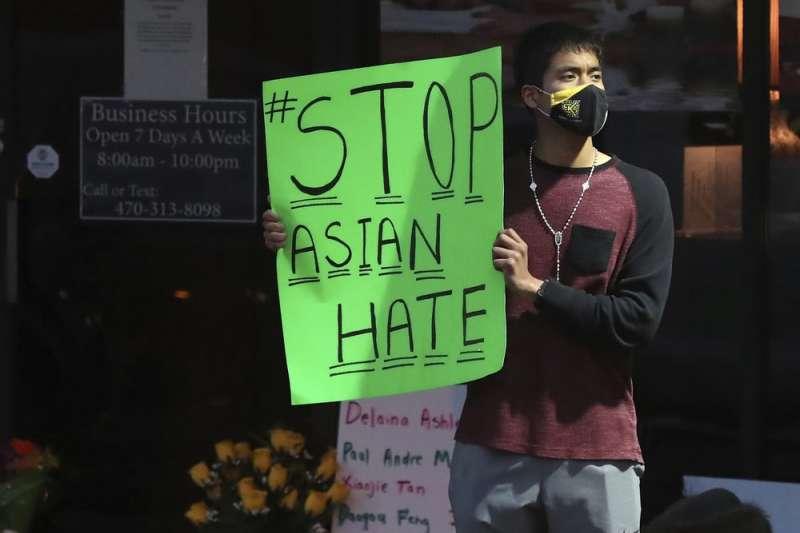 美國喬治亞州大城亞特蘭大3月16晚間發生3起槍擊案,受害者幾乎為亞裔,亞裔民眾舉起「停止亞裔仇恨」標語,呼籲放下族裔仇恨。(AP)