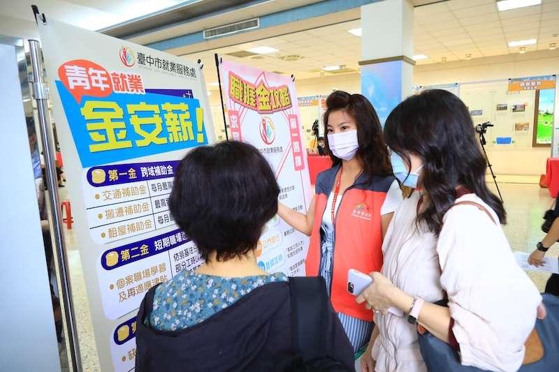 台中市今年上半年最大場的就業博覽會,3月27號在中興大學惠蓀堂舉行,市府勞工局會在活動現場向求職者介紹金安薪方案。(圖/台中市政府提供)