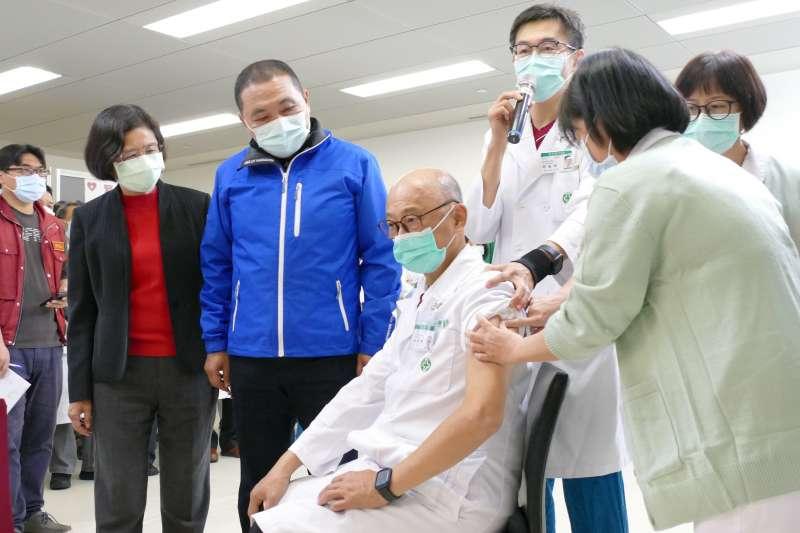 新北市長侯友宜陪同亞東醫院長林芳郁率先施打AZ新冠疫苗。(新北衛生局提供)