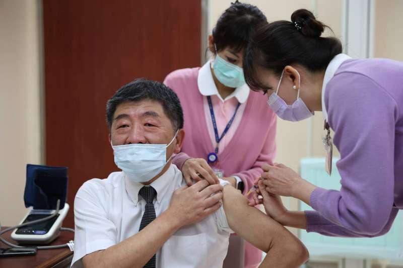 陳時中22日前往台大醫院接種AZ新冠疫苗,24日透露有自己接種後注射處曾感到疼痛。(資料照,指揮中心提供)