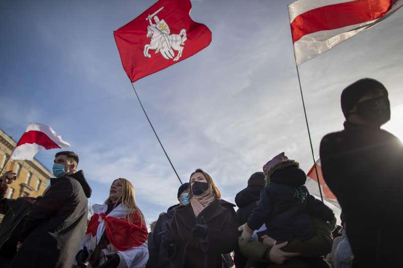 白羅斯民主示威潮延續8個月,不少反對人士被迫流亡,圖為逃到立陶宛的反對派領袖蒂卡諾夫斯卡婭(黑衣者)。(AP)