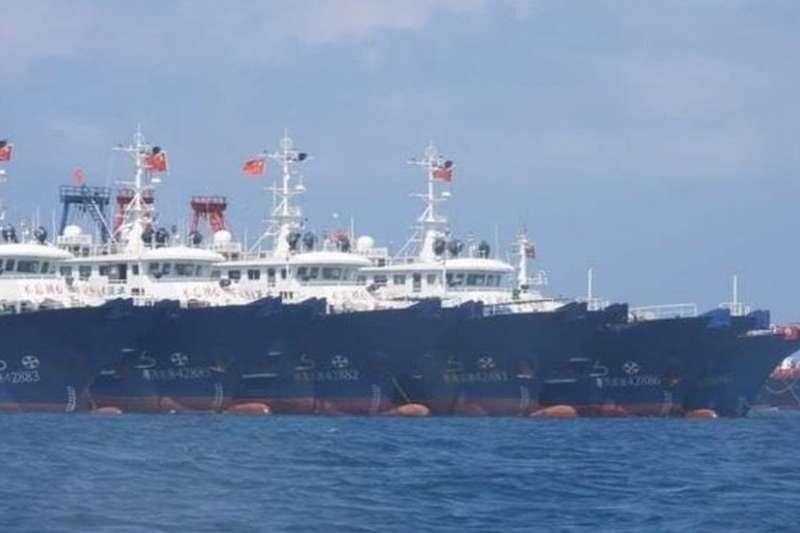 3月7日,菲律賓方面公布了中國船隻停靠在爭議島礁附近的照片。(BBC中文網)