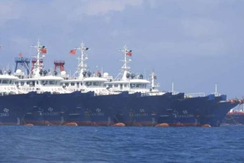 3月7日,菲律賓政府公布了中國船隻停靠在爭議島礁附近的照片。(美聯社)