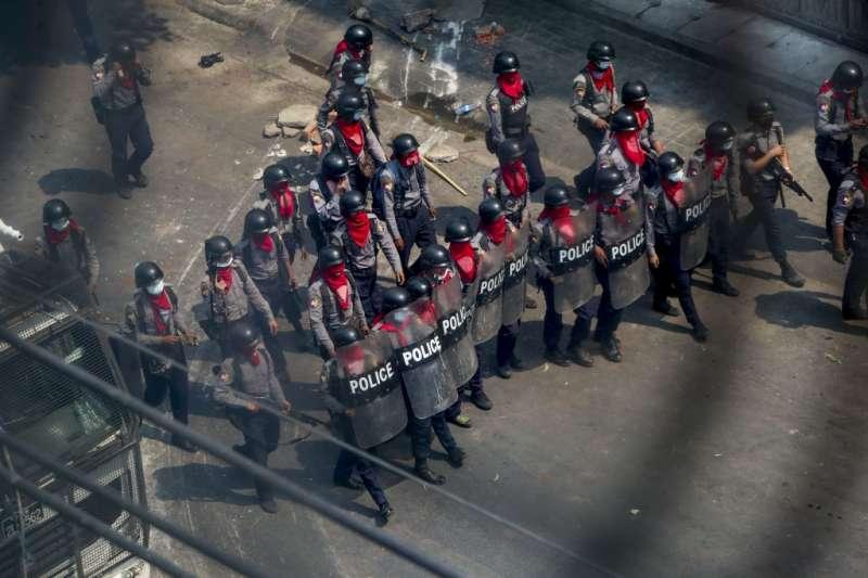 3月3日,緬甸第二大城曼德勒,武裝軍警向示威者逼近(美聯社)