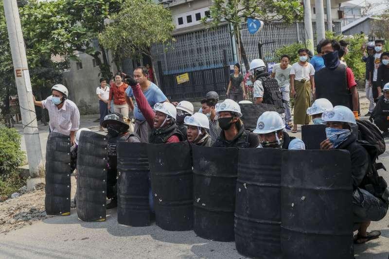 3月3日,緬甸第二大城曼德勒,示威者用臨時的盾保護自己(美聯社)