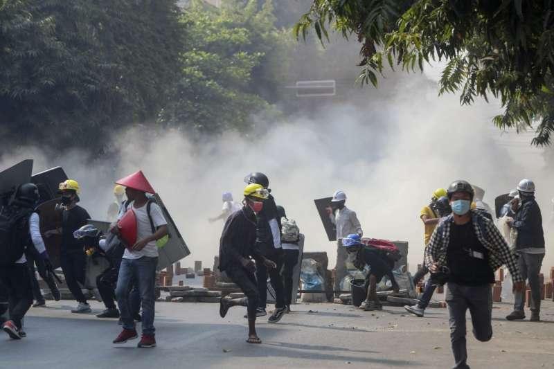 3月3日,緬甸第二大城曼德勒,警方發射催淚彈,示威者逃離(美聯社)