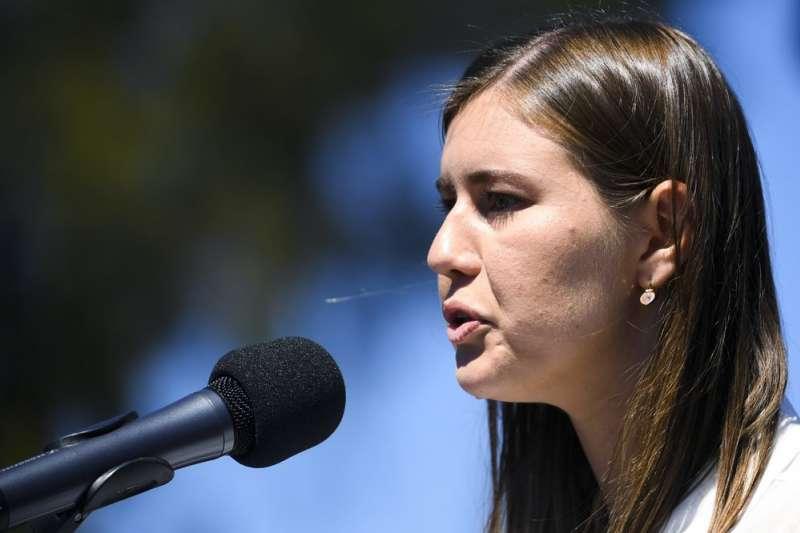 澳洲國會爆發驚天性醜聞,成千上萬憤怒的澳洲婦女在各地集會抗議。前國防工業部部長的媒體顧問希金斯(Brittany Higgins)透露,她曾在國會辦公室被男同事性侵。(AP)