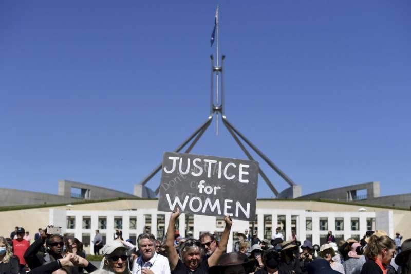 澳洲國會爆發驚天性醜聞,成千上萬憤怒的澳洲婦女在各地集會抗議。(AP)