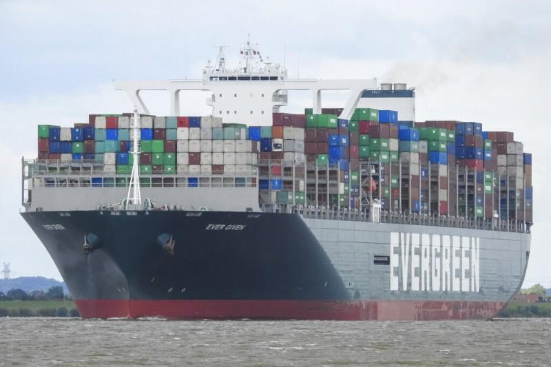 2021年3月23日,長榮海運超級貨櫃輪「Ever Given」號卡在蘇伊士運河,造成歐亞航線大亂。(美聯社)