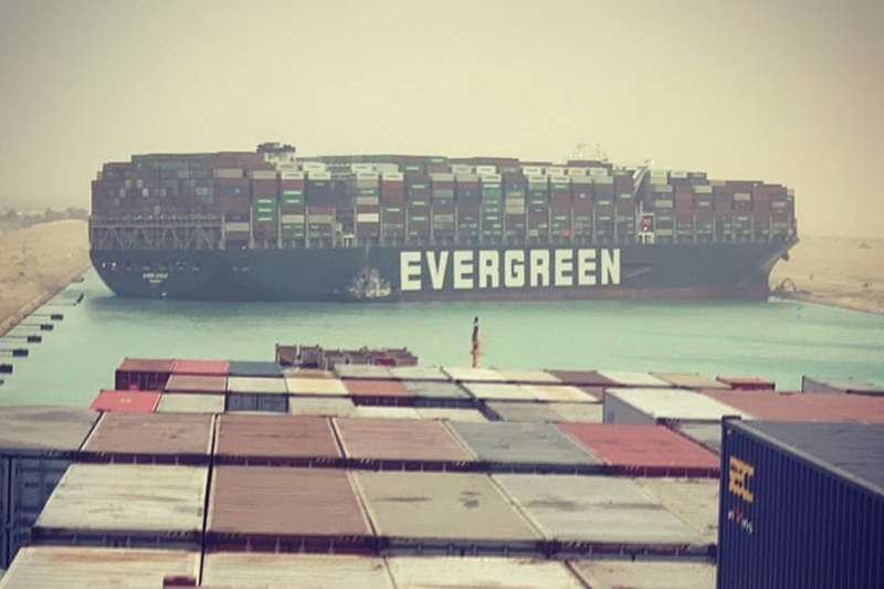 長榮海運一艘貨輪在蘇伊士運河進退不得,造成這條連接地中海與紅海的重要水道為之堵塞。(取自Marcel Dirsus推特)