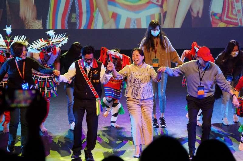 20210325-雄獅旅遊鳴日號23日開往花蓮,花蓮縣長徐榛蔚出面接待更參與原住民熱舞。(盧逸峰攝)