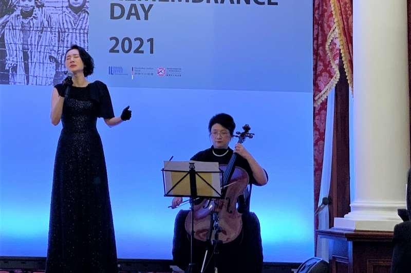 2021國際大屠殺紀念日:台灣女星坣娜(左)和大提琴家王貝文演出《我們的父,我們的王》(Avinu Malkeinu)(簡恒宇攝)