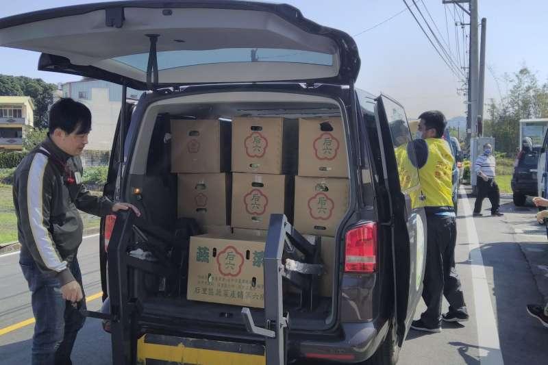 20210325-一箱箱高麗菜送至社福團體共享。(台中市政府提供)
