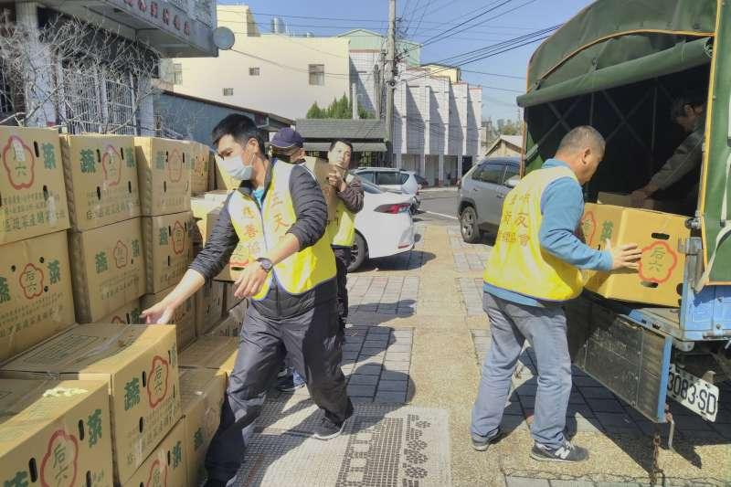台中市政府25日上午於后里區泰安里活動中心,透過社會局食物銀行將高麗菜分送至各社福團體。(台中市政府提供)