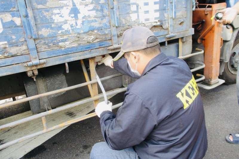 圖為柴油車路邊攔檢及油品稽查作業。(圖/高雄市環保局提供)