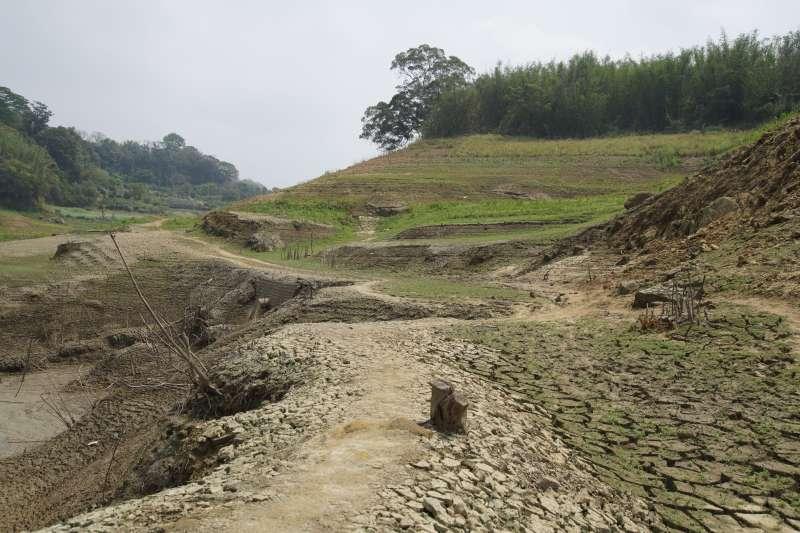 20210326-台灣遭逢嚴重旱災,苗栗永和山水庫蓄水量見底,庫底的土壤盡數暴露乾涸、龜裂。(盧逸峰攝)