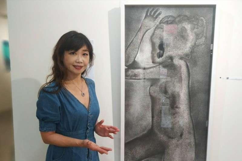 策展人陳美芬介紹Hanna 的傳統歐洲腐蝕版畫作品。(圖/臻藝術提供)