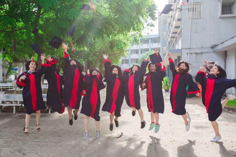 根據調查22.4%新鮮人希望在「畢業前」找到工作。(圖片取自pixabay)