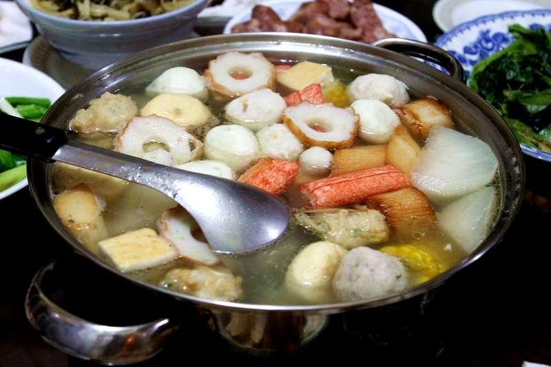 煮火鍋料時,蟹肉條的塑膠套到底要不要拆?營養師公布正解。(圖/取自Ray Yu@flickr)