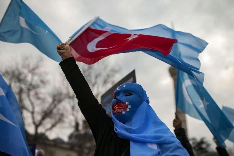 中國外長王毅到訪土耳其,僑居土國的維吾爾人上街抗議,表達對中國鎮壓新疆維族行徑的不滿。(資料照,美聯社)