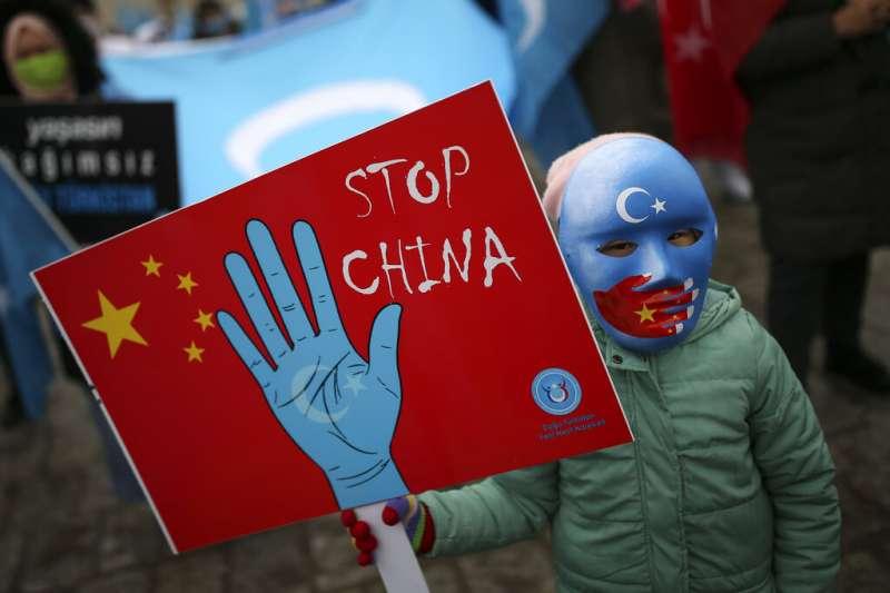 新疆成為美國把國際政治拉回「正軌」的優先議題。圖為僑居土國的維吾爾人抗議中國鎮壓新疆維族。(美聯社)