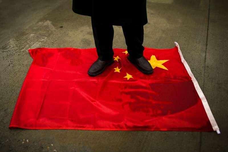 中國外長王毅25日到訪土耳其,僑居土國的維吾爾人上街抗議,表達對中國鎮壓新疆維族行徑的不滿。(美聯社)