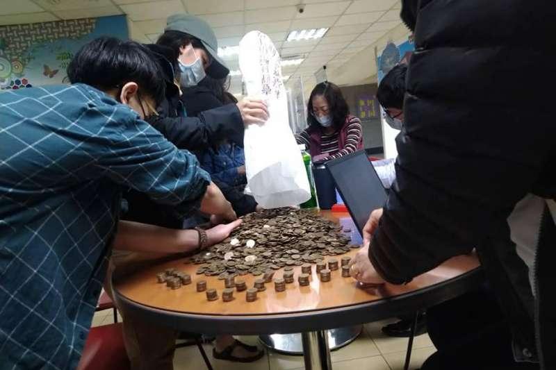 桃園市勞動局遇到雇主竟將2袋裝滿1元硬幣布袋,要移工自行清點出8938元。(取自移民移工服務中心臉書)