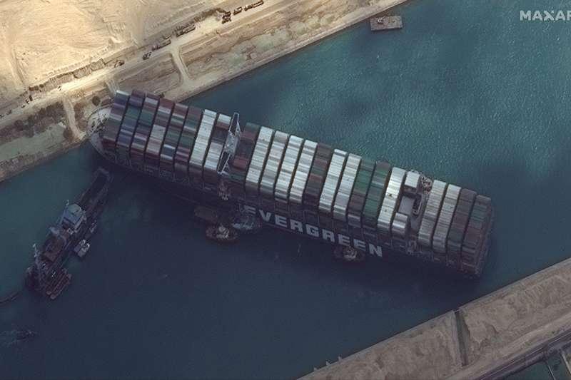 2021年3月23日,台灣長榮海運租用的貨櫃輪「長賜輪」卡住埃及蘇伊士運河(AP)