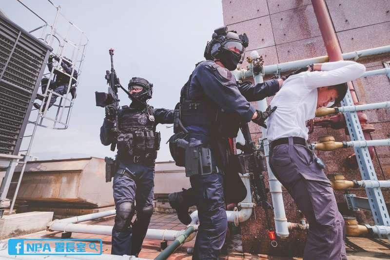 警政署演習、特警展開漫長的限制空間戰鬥過程,最終逮捕恐怖份子。(資料照,取自NPA署長室臉書)