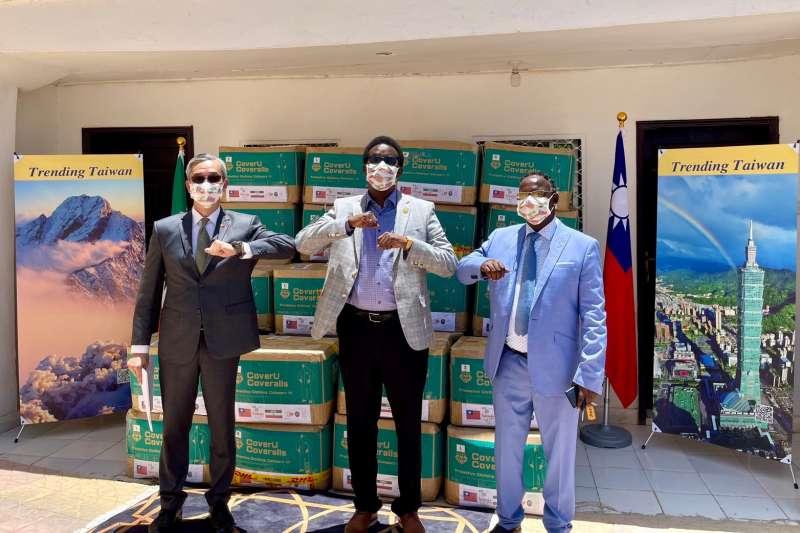 2021年3月28日,我國駐索馬利蘭代表羅震華轉交台積電慈善基金會和美德醫療集團捐贈物資(駐索馬利蘭代表處提供)
