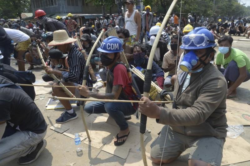 緬甸示威、緬甸抗議、緬甸政變。3月27日,緬甸軍事鎮壓,迫使示威者自製防護與武器回擊。(美聯社)