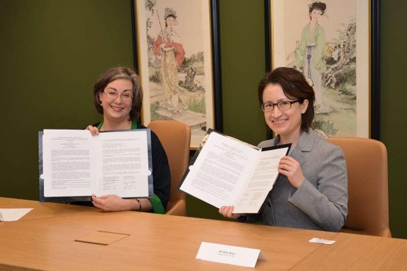 美國在台協會執行理事藍鶯(Ingrid Larson)與駐美國台北經濟文化代表處蕭美琴一同簽署海巡合作備忘錄。(AIT臉書)
