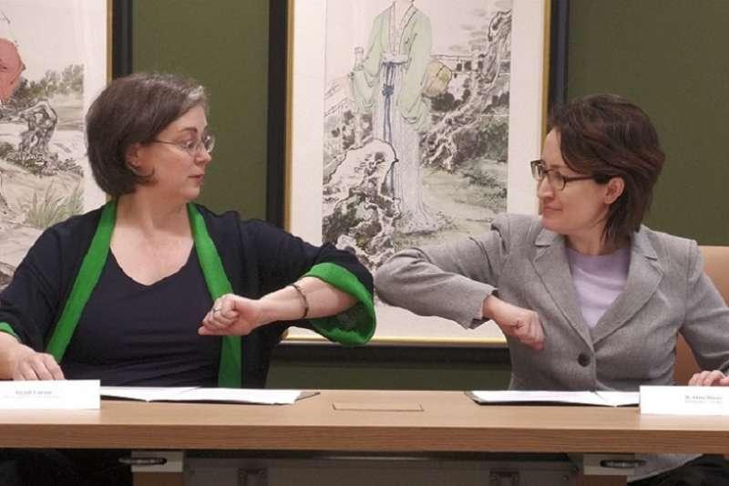 圖為美國在台協會執行理事藍鶯(Ingrid Larson)與駐美國台北經濟文化代表處蕭美琴擊肘以賀。(AIT臉書)