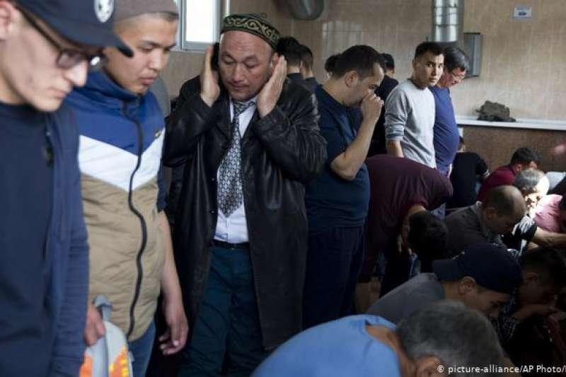 2017年起,有大量的哈薩克人因在新疆的家人被關進再教育營,導致他們與家人失聯。(美聯社)