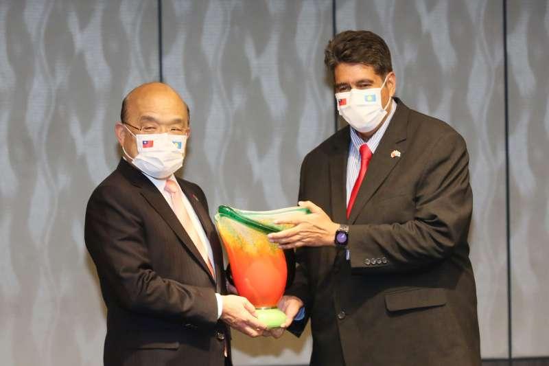 20210329-行政院長蘇貞昌(左)29日晚宴帛琉總統惠恕仁(右)一行,兩人並致贈紀念品。(柯承惠攝)