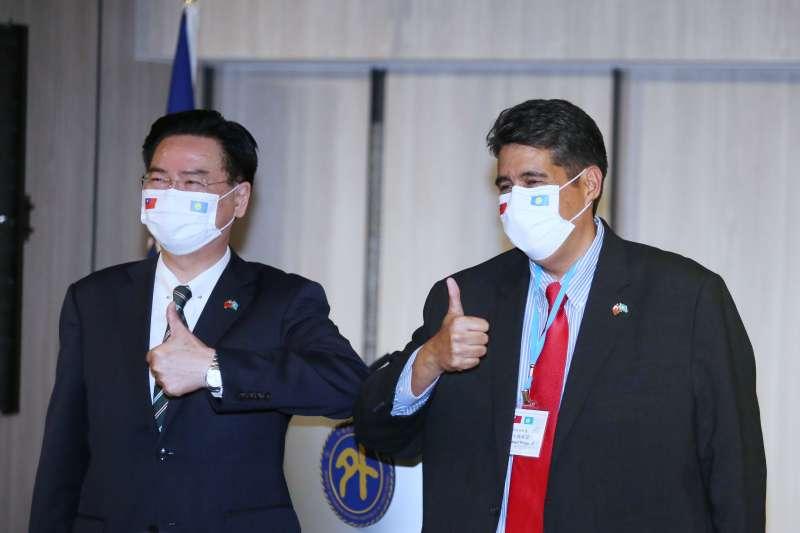 20210329-帛琉總統惠恕仁(Surangel Whipps Jr.)(右)29日在外交部長吳釗燮(左)的陪同下舉行訪台記者會。(柯承惠攝)