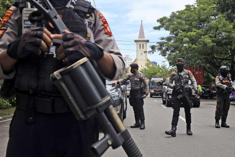 2021年3月28日,印尼望加錫(錫江)1間天主教堂遭到自殺炸單攻擊,圖為印尼警方持槍在案發現場(AP)