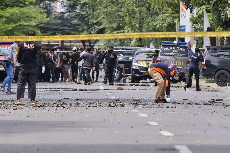2021年3月28日,印尼望加錫(錫江)1間天主教堂遭到自殺炸單攻擊,圖為印尼警方在現場調查(AP)