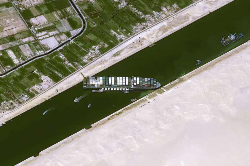 路透社引述消息人士、航運資料和目擊者報導,擱淺的巨型貨櫃輪長賜輪已經脫困,運河交通將恢復。(資料照,美聯社)