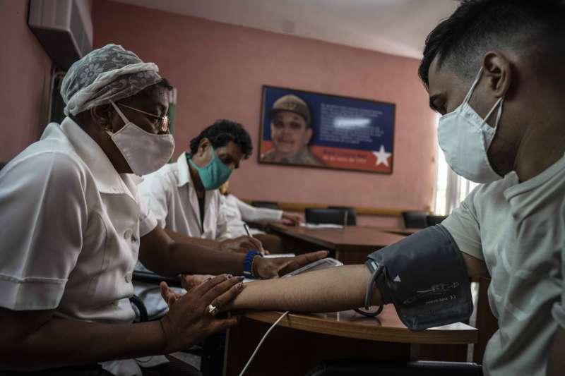 古巴民眾接種對抗COVID-19的疫苗「主權2號」(AP)