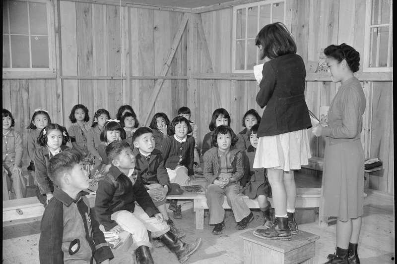 鮮少人知道,二戰期間曾有數百位身處南洋的臺灣人,因為被視為日本人,一夜間失去所有,集體送入集中營拘留(圖/研之有物提供)