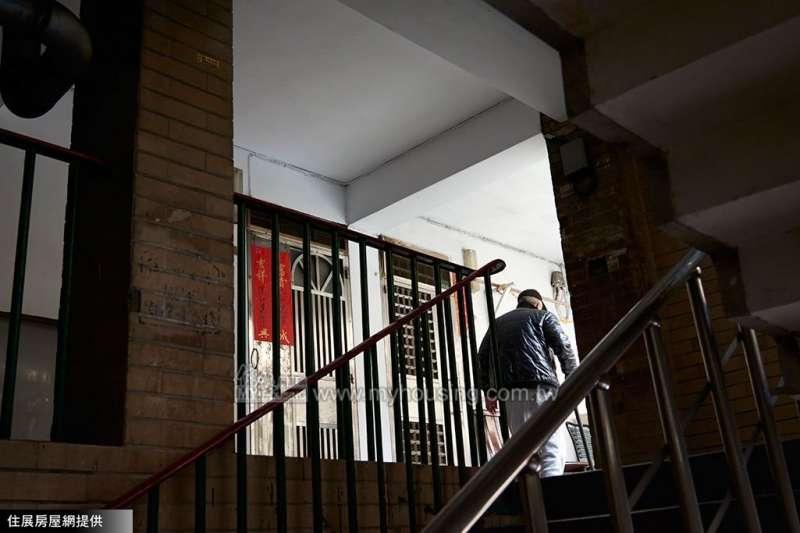 台灣有許多高齡租屋者無法住進社會住宅安居,對此內政部次長花敬群提出兩個解決方案,盼改善當今現況。(圖片來源/住展房屋網)