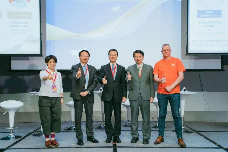 2021第七屆台灣永續報告分析發表會上,Epson分享噴墨技術所帶來的數位紡織印刷解決方案,協助紡織印染與時裝產業數位轉型。(由左至右分別為:聯合線上融媒體事業.jpg